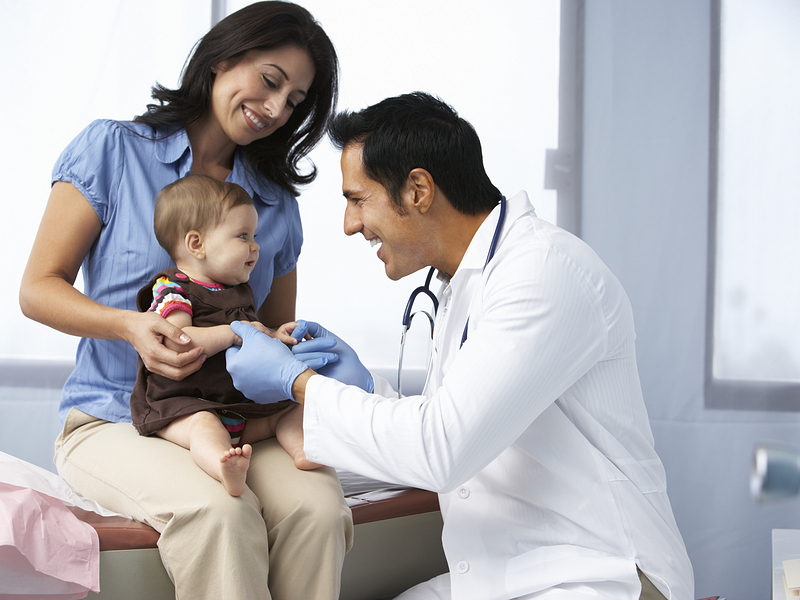 ¿Cómo debe ser el seguro médico para la tarjeta de familiar comunitario?